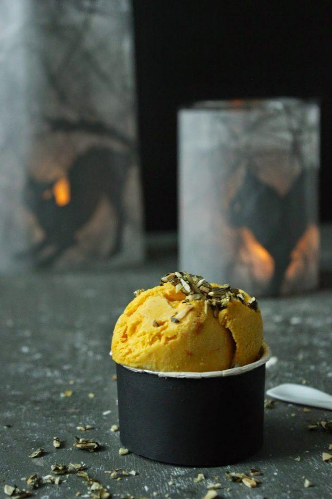 Kürbiseis mit Kürbiskernkrokant - Sweets & Lifestyle® #pumpkinseedsrecipebaked