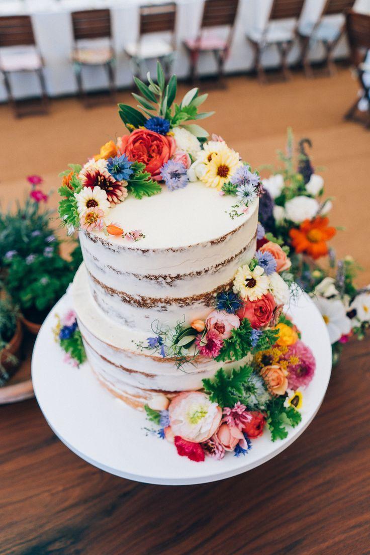 Nackte Hochzeitstorte mit Wild Flower Decor / / Bilder von Casey Avenue Photogra…