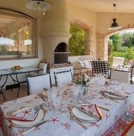 Mougins villa jardin. Noir ironwork chairs and cream is the ultimate French look. The sunshine in Mougins means you know you are in the south of France.