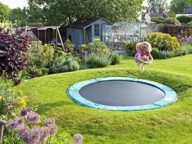 Spielplatz Im Garten Fotos Und Kreative Ideen Eingelassenes Trampolin Bodentrampolin Hinterhof Spielplatz