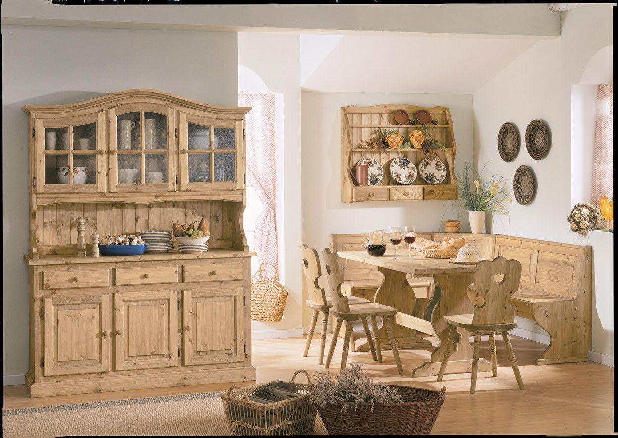 Zona giorno arredata con mobili rustici in legno di pino for Tavoli in legno massello rustici