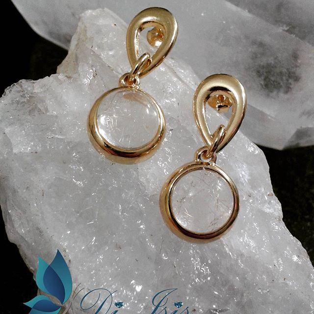 Brincos com Cristal Rutilo, um dos mais belos Cristais rajados naturalmente com fios dourados. Banhados a Ouro 18k - www.diisis.com.br  #diisisjoias #semijoias #semijoiasdeluxo #joiasfinas #cristal  #rutilo #atacado #joiasfolheadas #fashionjewerly #jewerly #stones #pedrasnaturais #grife #pedrasnaturais #glamour #wedding #luxo #estilo #womanstyle #brasil #concept