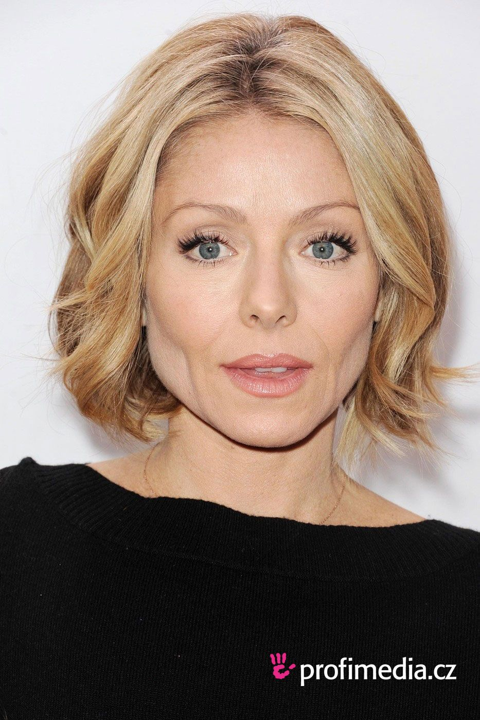 kelly ripa - short bob haircut with loose waves | kelly ripa
