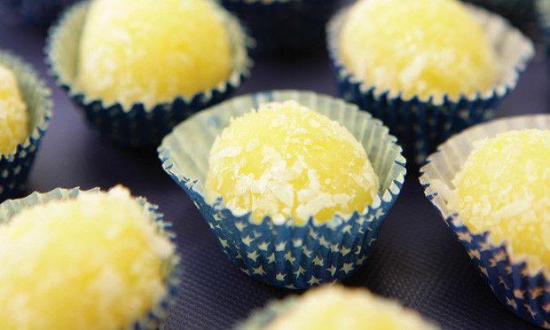 Derreta a manteiga numa panela, acrescente o mandioca (também conhecida como aipim ou macaxeira) e misture bem. junte os demais ingredientes, exceto o coco. Adicione então metade do coco e mexa até…