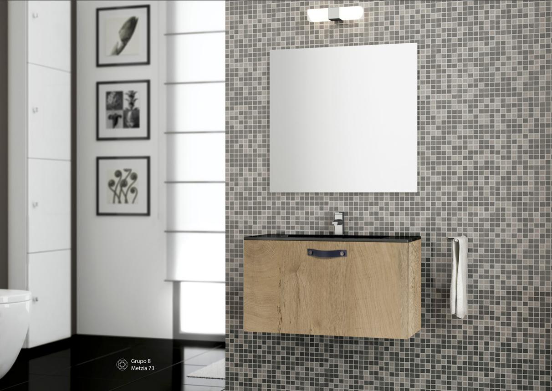 Cuarto de baño, pequeño, cómodo y práctico.   Muebles de ...