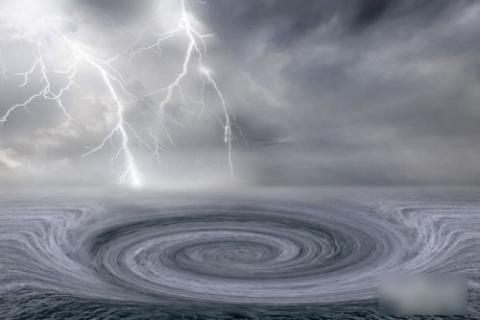 暴風雨を生み出す雨雲。荒れ狂う...