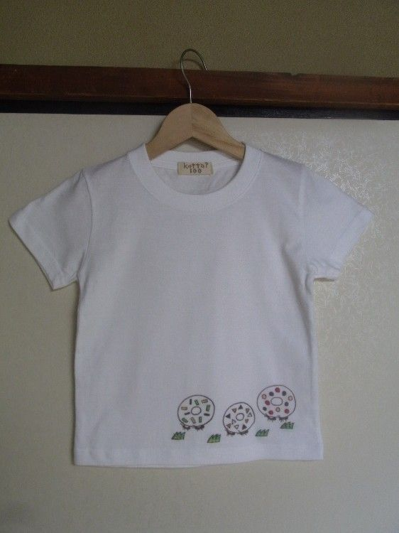 シルクスクリーンでプリントしたTシャツに刺繍をしました。綿100%です。キッズの90と100と110が1着ずつあります。サイズ/90(身丈/約36cm 身幅/...|ハンドメイド、手作り、手仕事品の通販・販売・購入ならCreema。