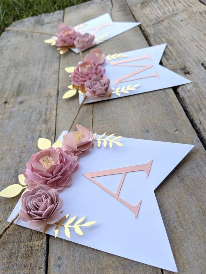 Photo of Personalisierte Papierblumengirlande mit erröten Pfingstrosen, Heiratsnachnamen…
