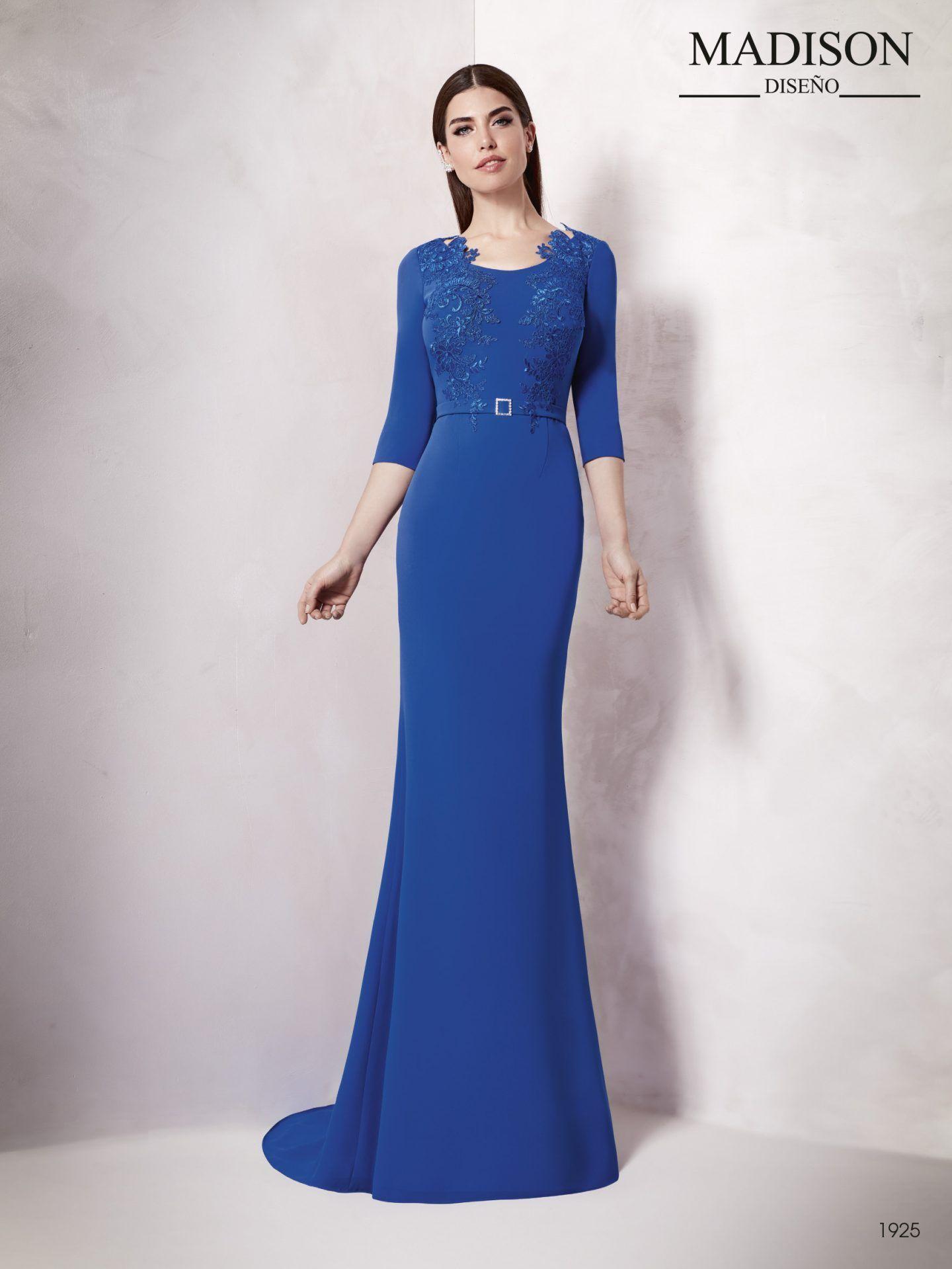d9195a7c2 Vestido de fiesta largo para aquellas madrinas de boda que apuestan por un  vestido de líneas sencillas con detalles que aportan exclusividad