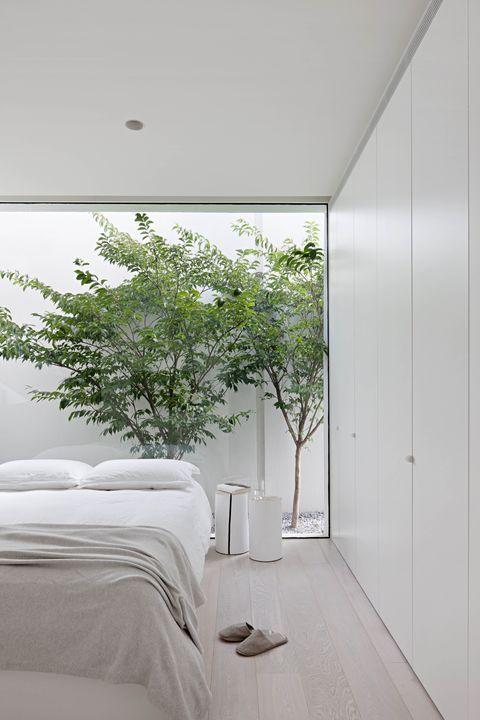 Una casa blanca salpicada por la naturaleza