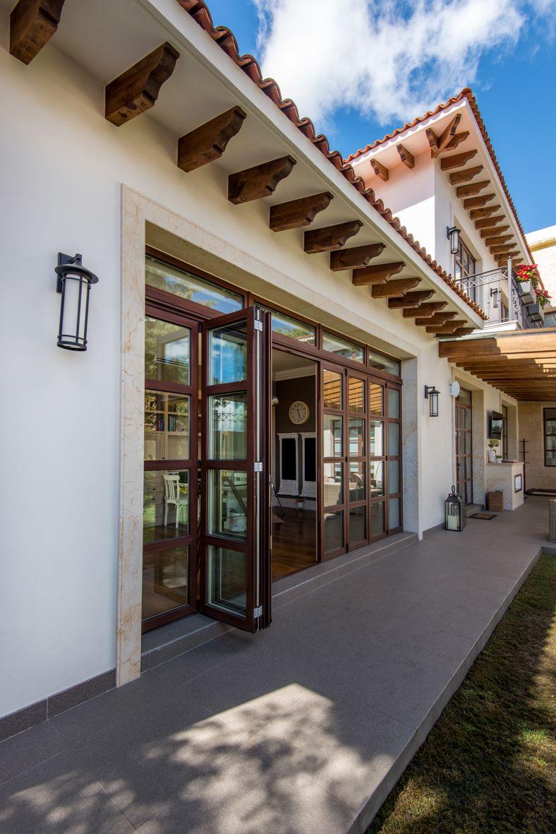 Puerta plegable de madera en el interior color blanco y for Puertas imitacion madera exterior