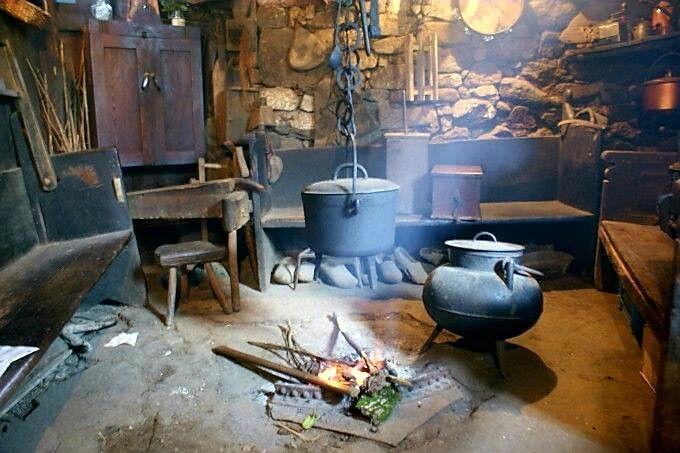 Interior De Palloza Lareira Olores Hechiceros A Lo Largo De Los Siglos Fuego Pucheros E Intuicion Dieron Con La Magia De O Cocina Tradicional Tradicional