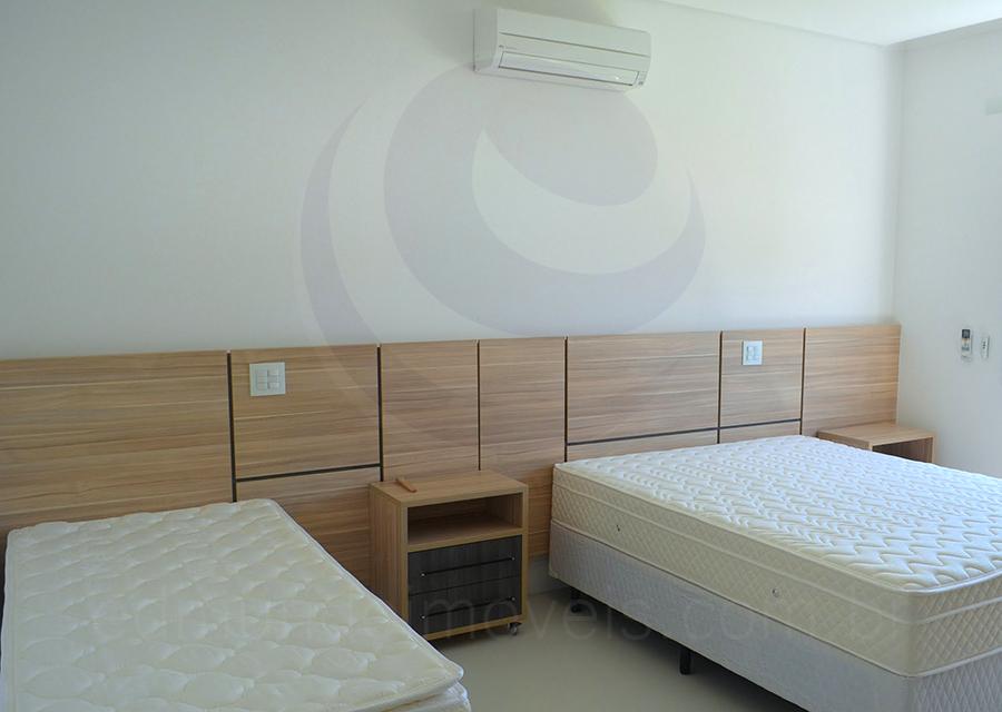 Cinco suítes bem distribuídas garantem a tranquilidade e a privacidade de moradores e convidados em diferentes disposições, com camas de casal e solteiro, oferecendo conforto para adultos e crianças.