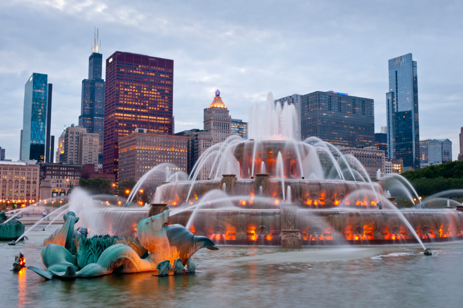 Buckingham Fountain in Grant Park | Famous Chicago Attractions Chicago engagement location, engagment session location, urban engagement location, downtown chicago,
