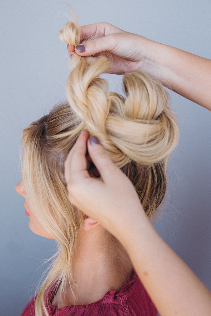 Hair How-To: An Effortless Top Knot Tutorial From Amber Fillerup Clark #topknotbunhowto