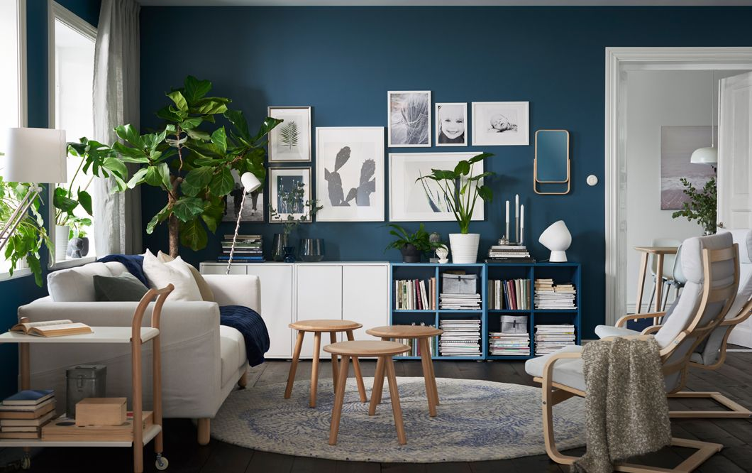 salon en bleu et blanc avec un rangement ouvert et ferm le long du mur du fond id es ikea. Black Bedroom Furniture Sets. Home Design Ideas