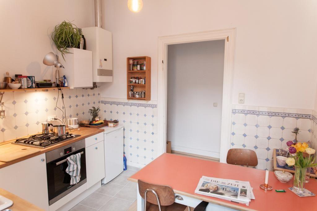 Gemütliche Altbauküche mit schönen Wandfliesen und indirekter