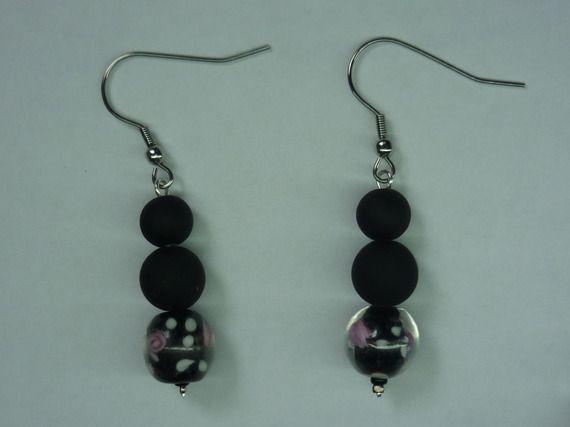 Paire de boucles d'oreilles / Perles noires et fleurs roses