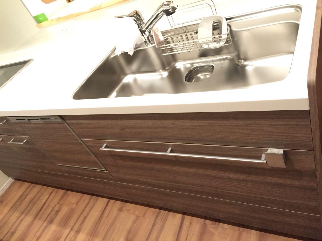 リクシルキッチン 色はウォルナット ホワイトトップ ワイドシンク ihコンロ 食器洗浄機 シンク リビング キッチン キッチン