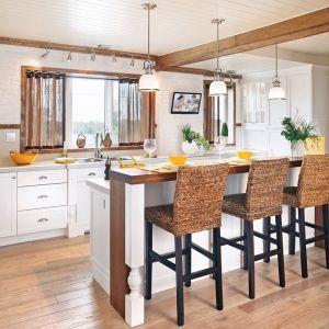 travi in legno cucina isola sgabelli alti