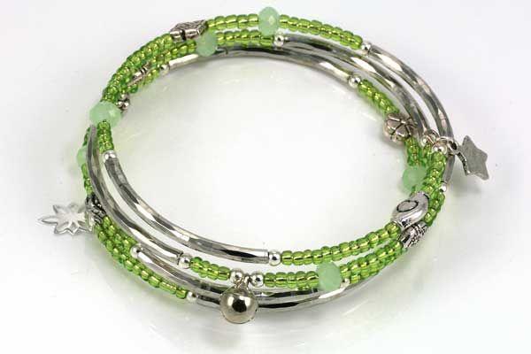 Rigtig flot armbånd i memorywire, med perler i grønt tema og metaldele. Varer fra www.cyberimport.dk