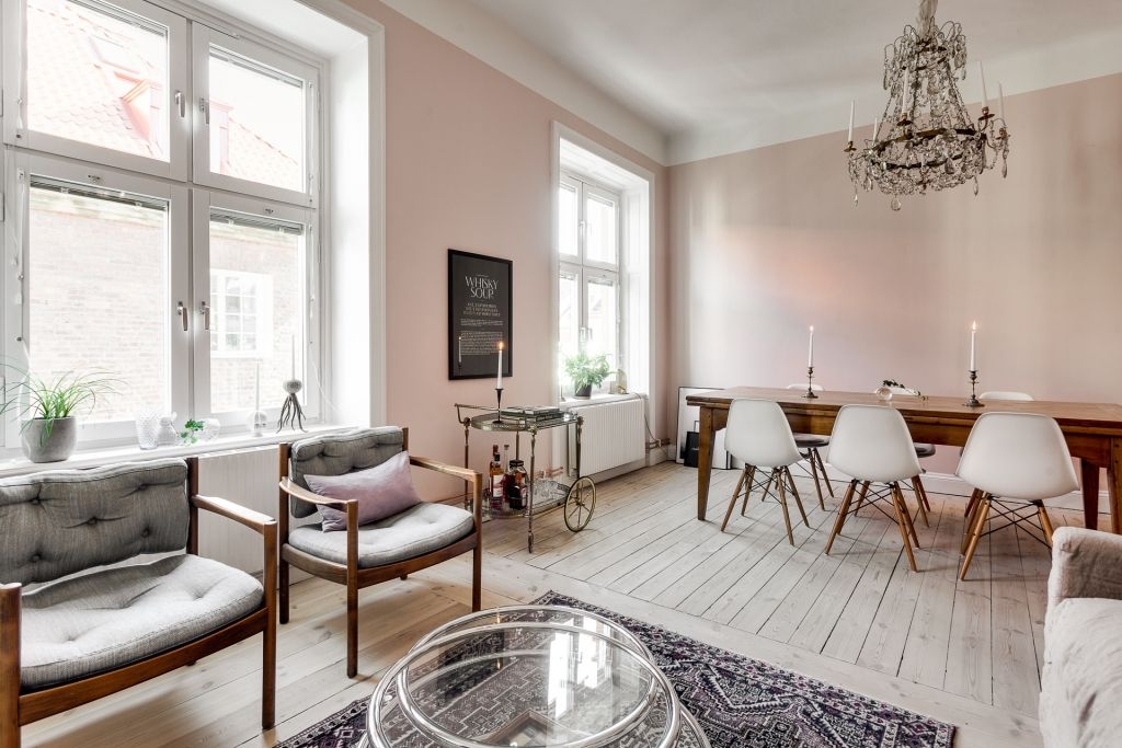 Roze Decoratie Woonkamer : In deze mooie woonkamer zijn de muren roze geschilderd kamers