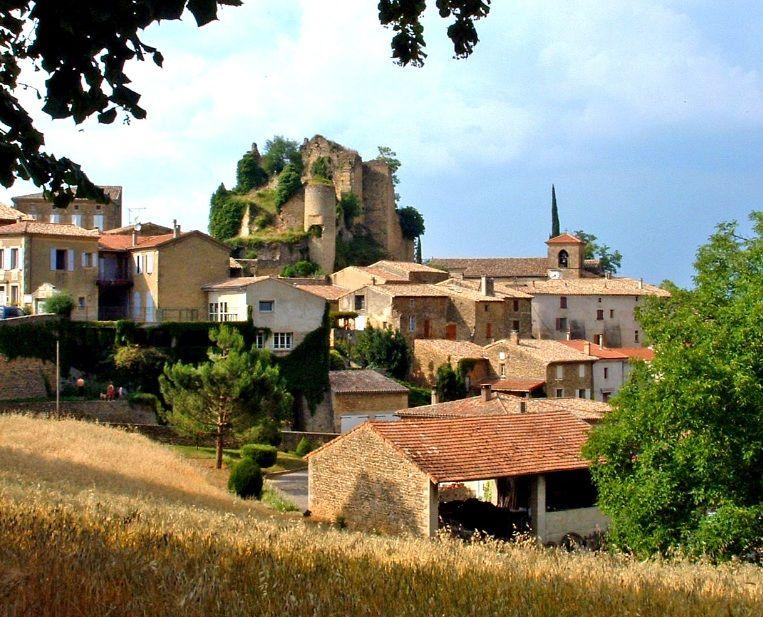 Chabrillan (Photo Emile Taillefer) : ce village tourne le dos à la plaine de la Drôme comme pour s'en protéger. A l'intérieur de son enceint...
