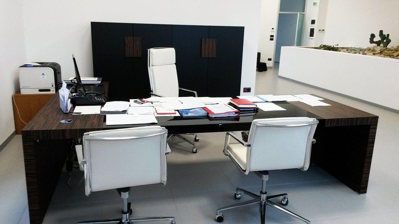 Executive Office Model KYOTO Ebony Wood and Black Glass - Chiars Model ALUMINIA COMFORT White Leather and Aluminium Structure