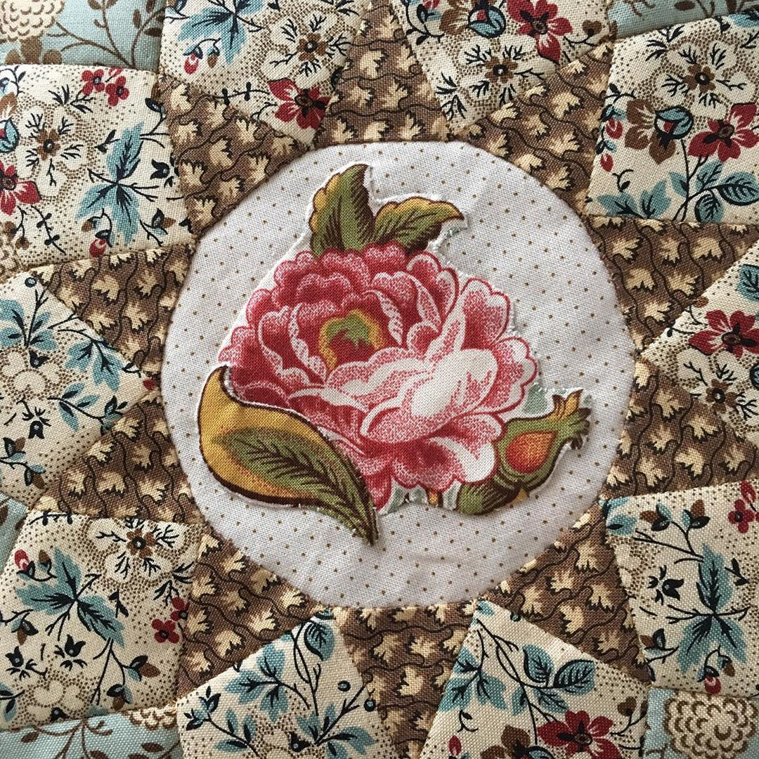 Heike Schneider On Instagram I Chose A Big Flower And A Leaf For The Centre Quilt Applique Broderieperse Epp Reprodu Big Flowers Sampler Quilt Quilts