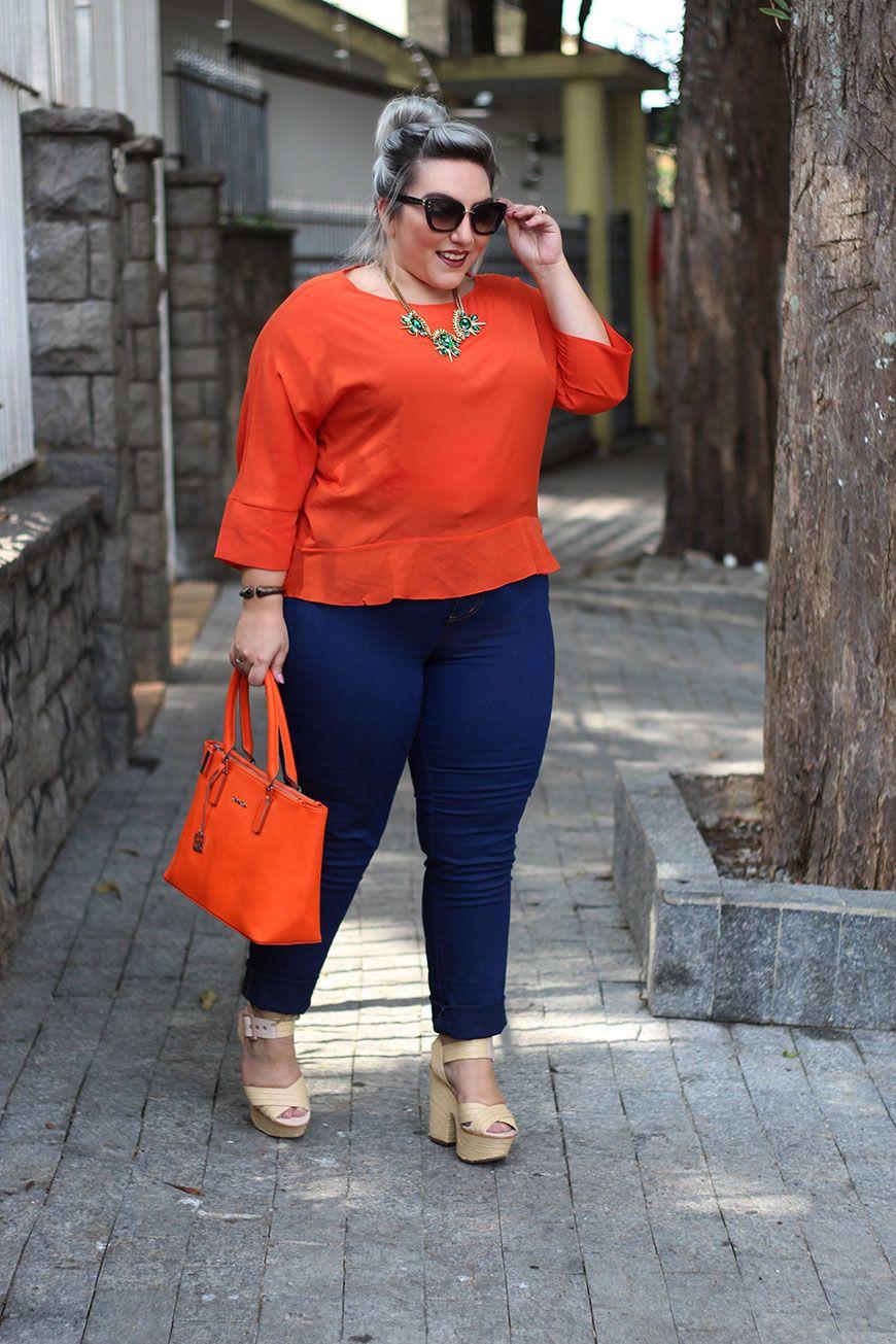 Olá queridas, hoje tem look plus size com jeans e blusinha de manga 3/4, misturando a pegada 70's da blusa laranja com esse corte mais reto e gola em U, com a calça bafo azul índigo, também bem característico da década. Só troquei a boca de sino por uma skinny porque gosto bem mais do …