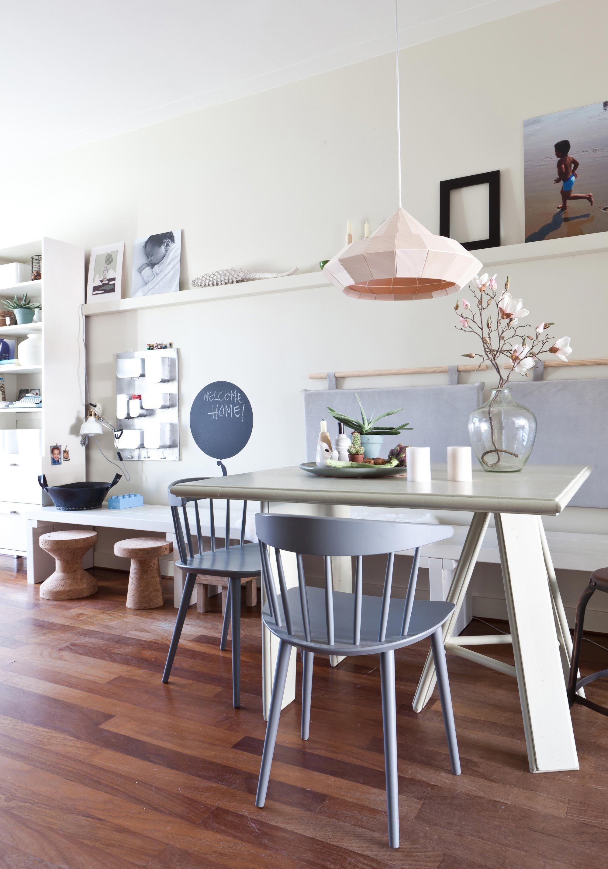 In aflevering 9 van het nieuwe seizoen zorgt styliste Fietje Bruijn er voor dat Mealynn en Maarten weer verliefd worden op hun huis #vtwonen #programma #sbs6 interior #styling #livingroom #weerverliefdopjehuis #diningtable #decoration