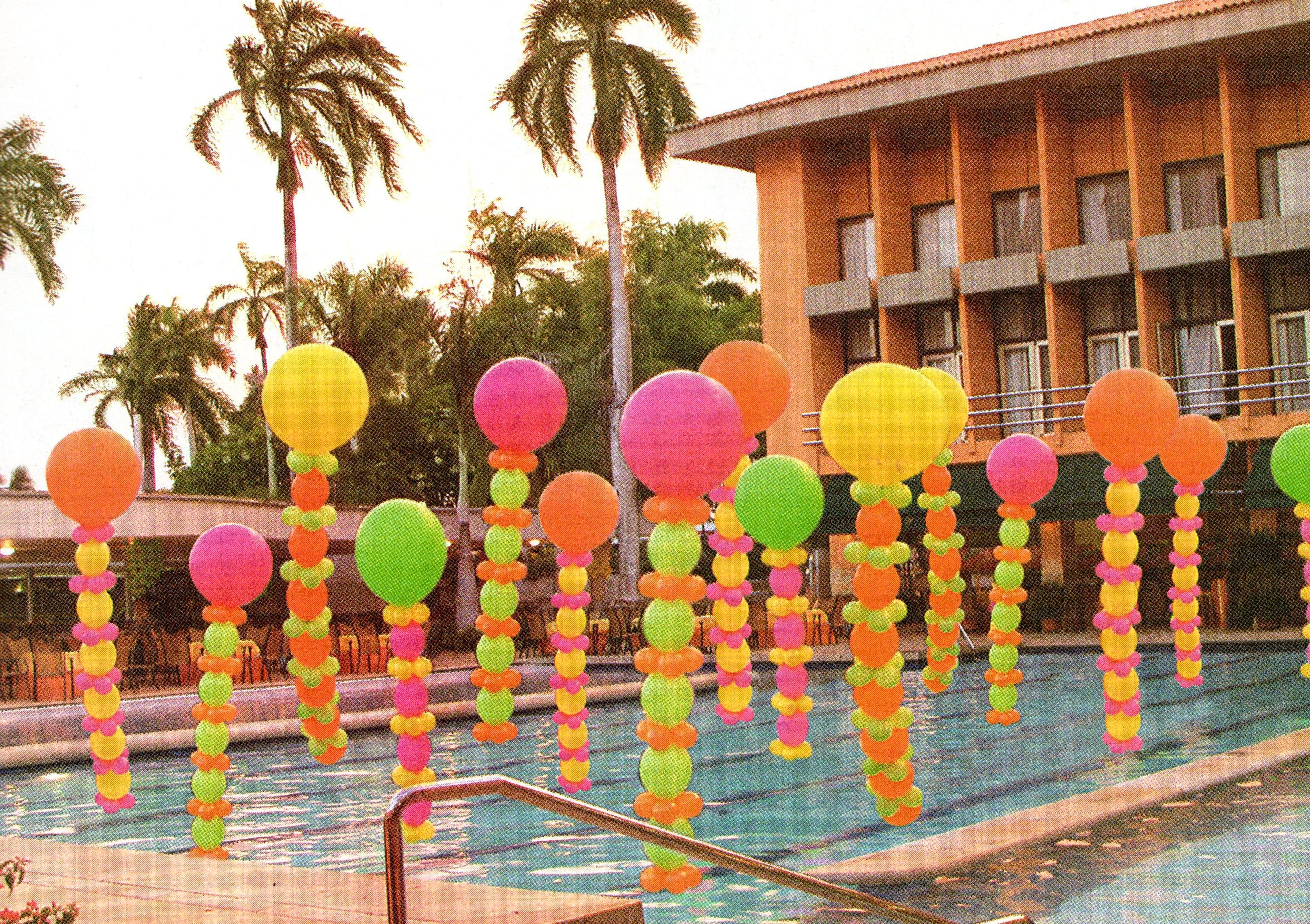 Como nos encanta decorar con globos mira como quedo esta piscina