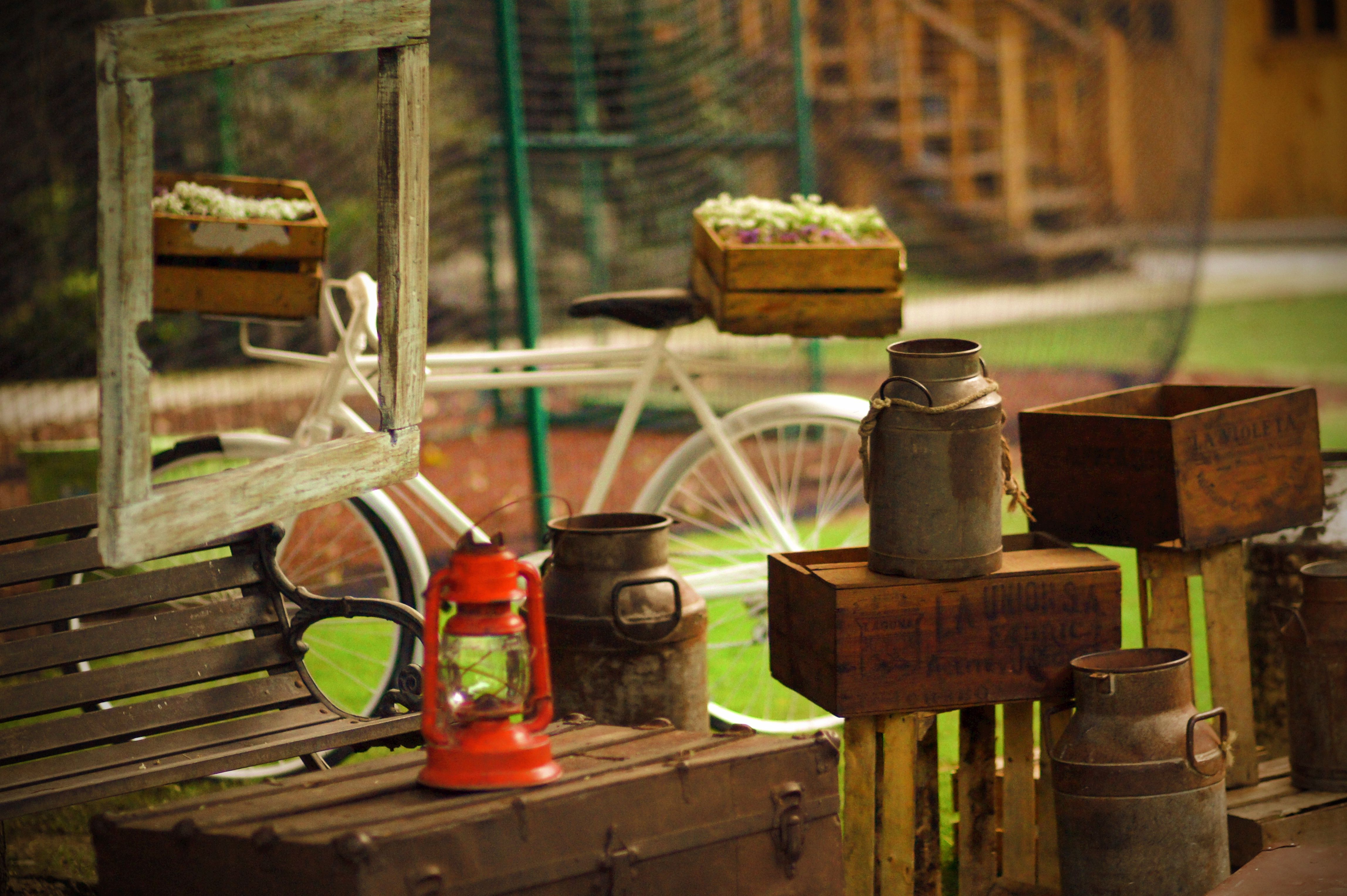 Country, vintage, rustic, milk cans, bicycle, frames, flowers, outdoors, bench. www.couturerentals.com.mx