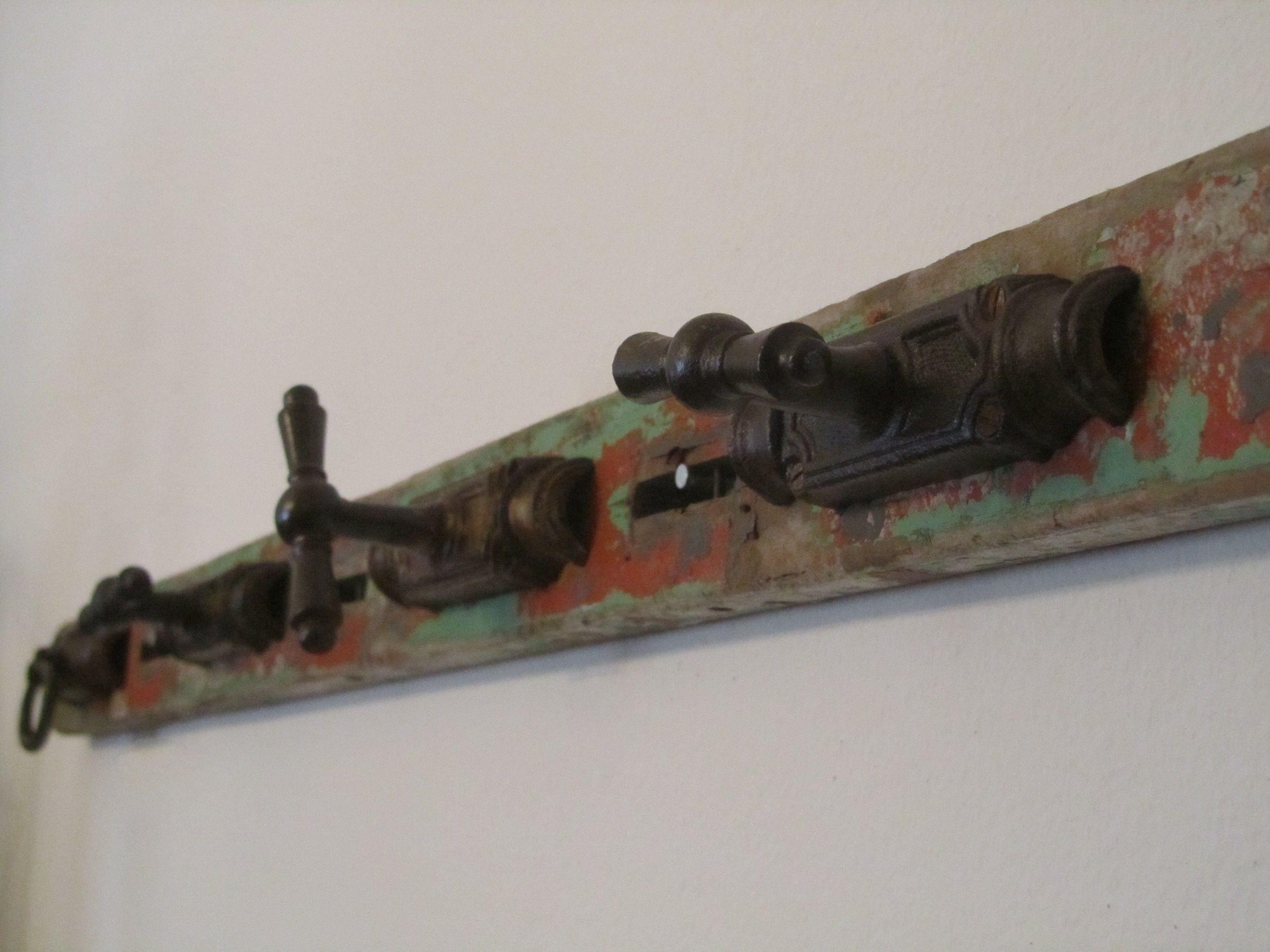 Perchero de manijas de puerta antiguas en madera reciclada ...