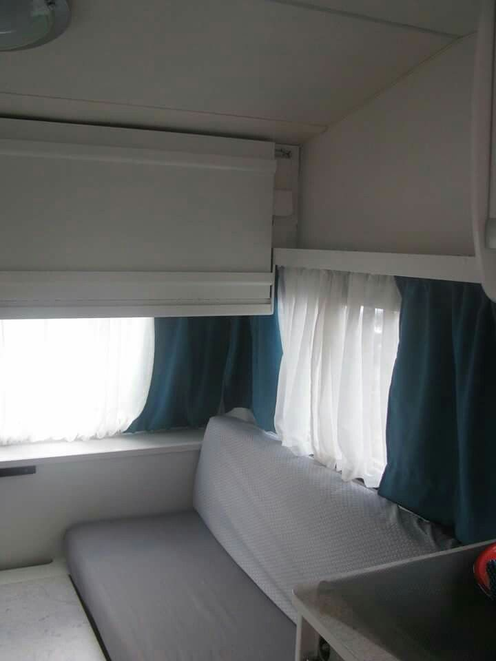 onze wit met grijs en petrol blauwe caravan gepimpt met een lik verf gehaakte koekoeksklok gehaakte