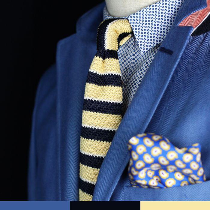 Blauer Anzug mit fein kariertem, hellblauem Hemd & gelb