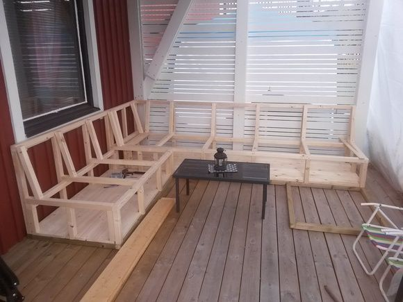 Platsbyggd soffa på altanen - Hemma hos Pysselvix