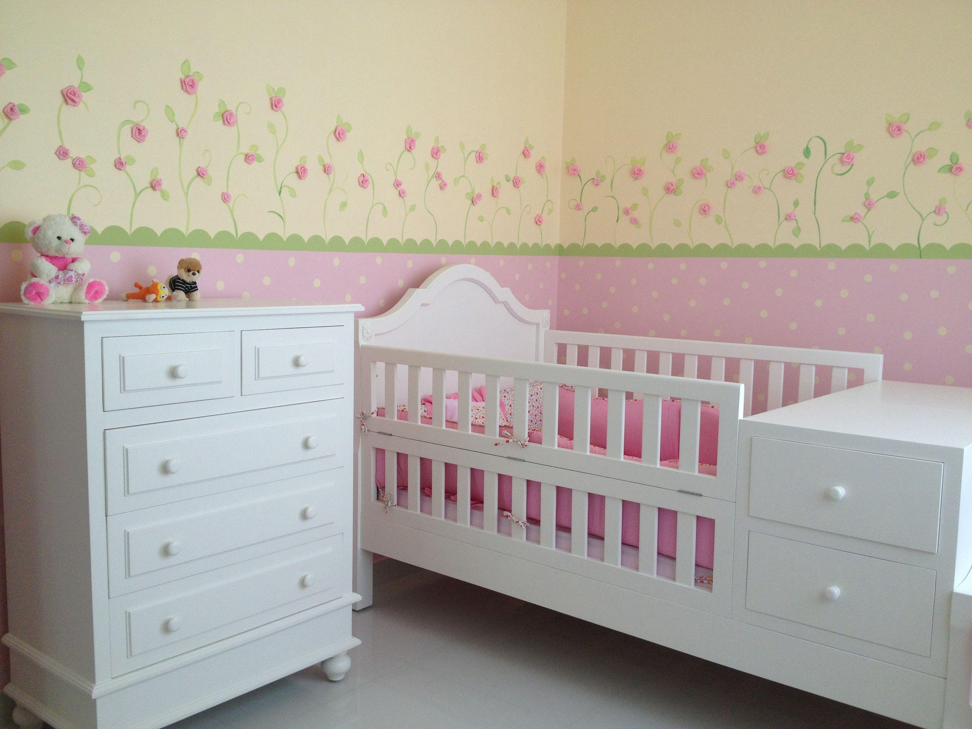Dormitorio de bebe con detalles en las paredes de rositas - Paredes habitacion bebe ...