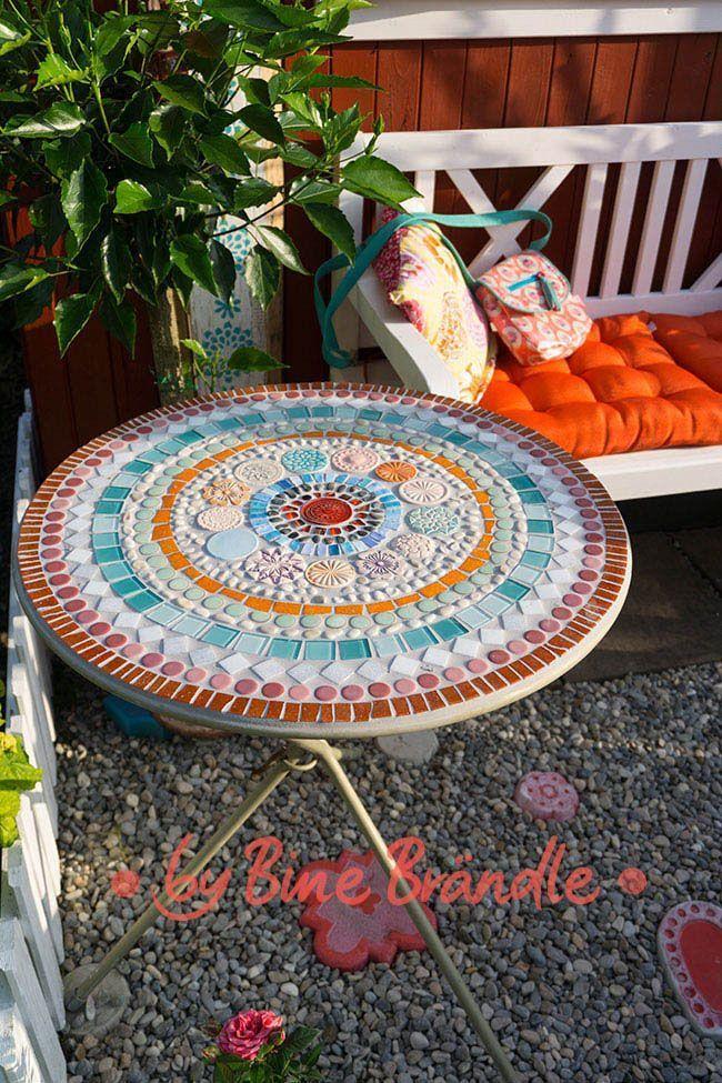 Eine bunte Tabelle mit einem selbst gemachten Mosaikmandala. -Bine Brändle, DIY, mach es ... - #Bine #Brändle #bunte #DIY #eine #EINEM #es #gemachten #Mach #Mit #Mosaikmandala #selbst #Tabelle #machesselbst–diy