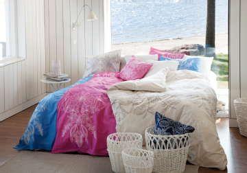 Kauniit petivaatteet piristävät makuuhuoneen tunnelmaa. #etuovisisustus #makuuhuone #luhtahome