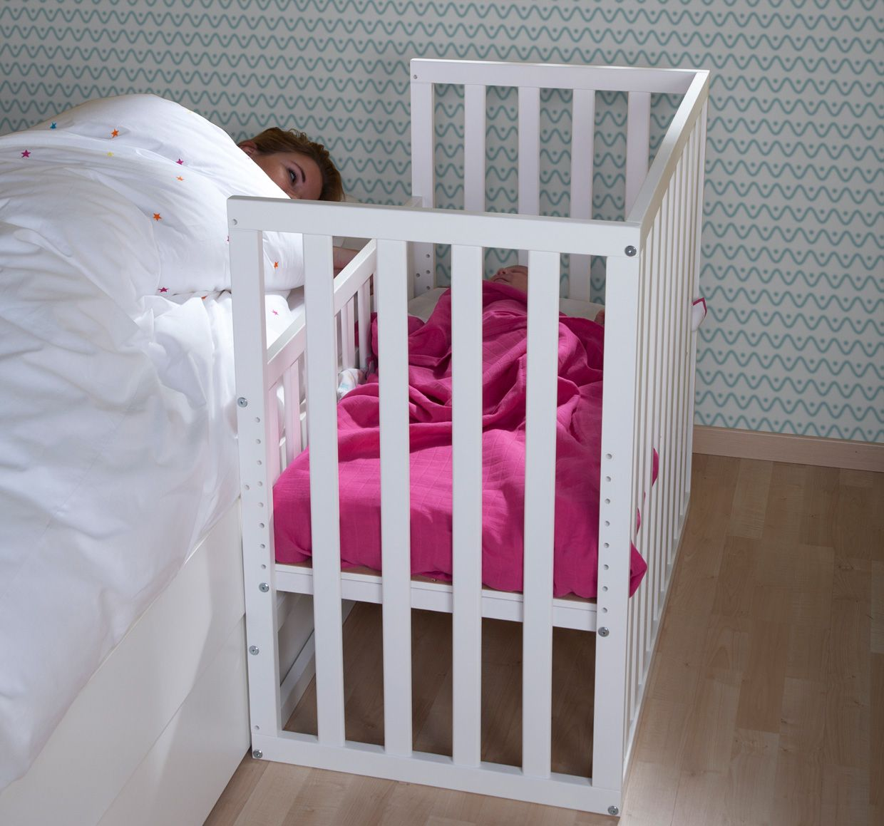 Baby cribs keep your baby close - Bed Side Crib To Keep Your Baby Near You During The Night Can Be Attached