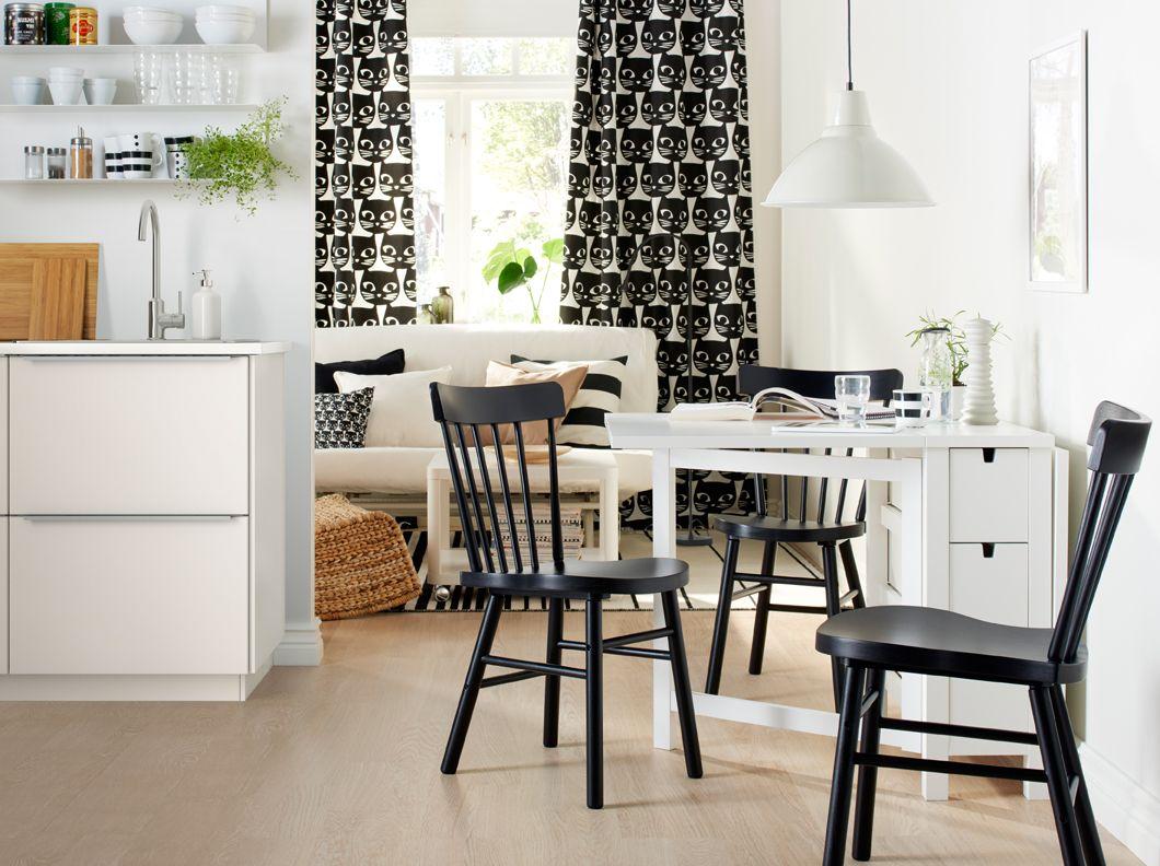 Saloncito monocromático con una mesa blanca con dos hojas abatibles ...