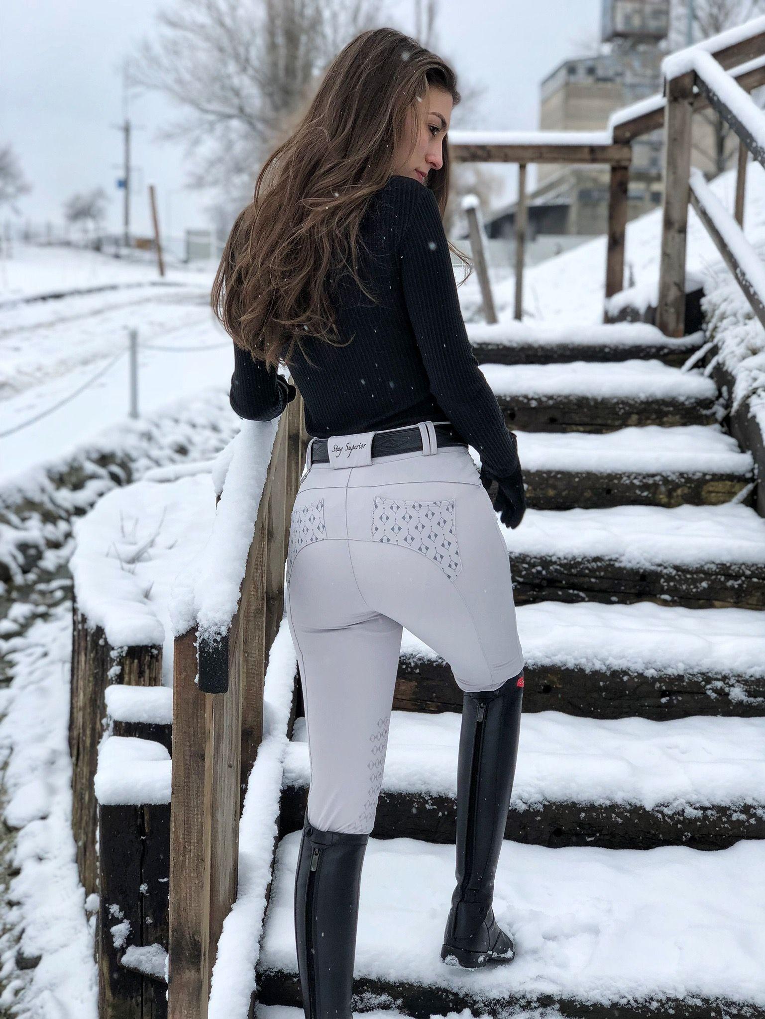 cooles Mädchen mit schönen Reitstiefeln auf Reiterhof