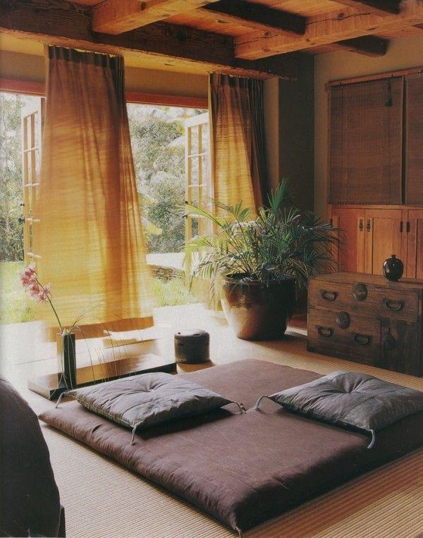 Un salon et une vue de la terrase de style japonaise zen