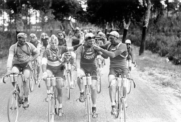 ¡Vaya deportista! Ciclista fumando un cigarrillo durante una carrera en los años 20.