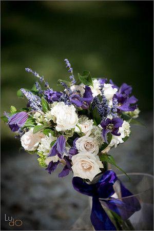 Ramo de novia de lavanda combinado con otras flores de temporada de Sally L. Hambleton.