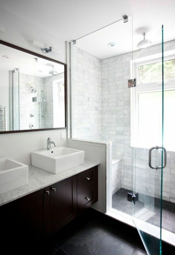 spiegel und duschkabine im kleinen badezimmer mit weißer gestaltung - badezimmer fliesen beispiele