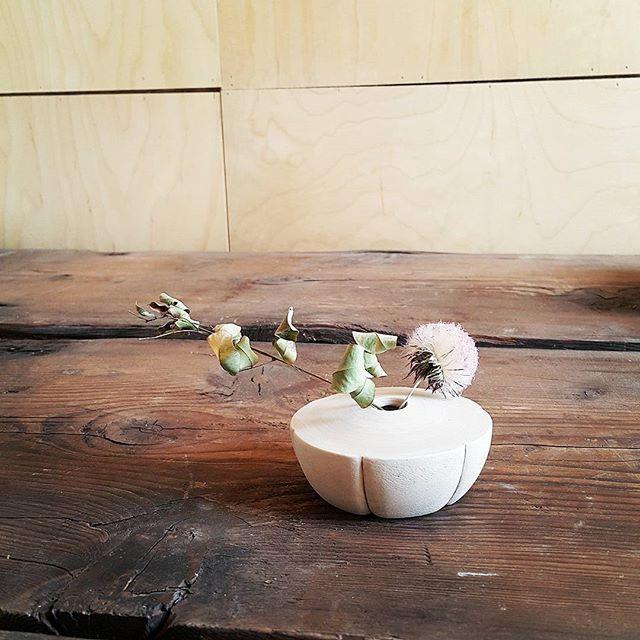 들꽃 화병.  지금 화병만들다가 급! 번쩍 생각나서 만든 작은화병. 날씨가 더워 금방 건조가 되어요😨. 보라빛이 예뻐~ 따다 말렸더니 팝콘터트린 들꽃과 싸리 나무가지.  들꽃들을 위한, 작은 꽃들을 위한 화병이 나왔어요! . . #해인요 #백자 #김상인백자 #화형화병 #작은화병 #들꽃화병 #손가락마디화병 #작업스타그램 #꽃병스타그램  #어쩌다 #뜬금없이 #탄생한 #화병 #haeinyo #pottery #ceramics #handmade #kimsangin #vase
