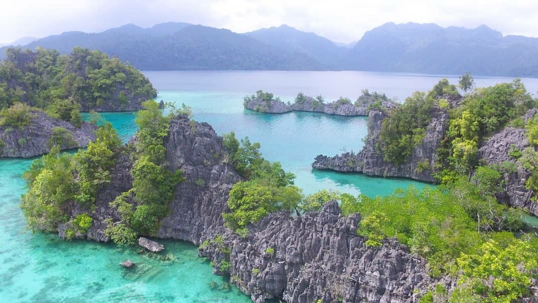 Labengki Island Surga Bagi Pecinta Laut Panorama Alam Yang Eksotis Air Laut Yang Tenang Dan Dikelilingi Bukit Bukit Berbatu Hijau Serta Liburan Paradise Air
