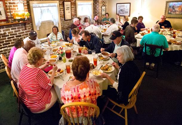 Mrs Wilkes Dining Room In 2020 Savannah Chat Savanna Georgia Savannah Georgia